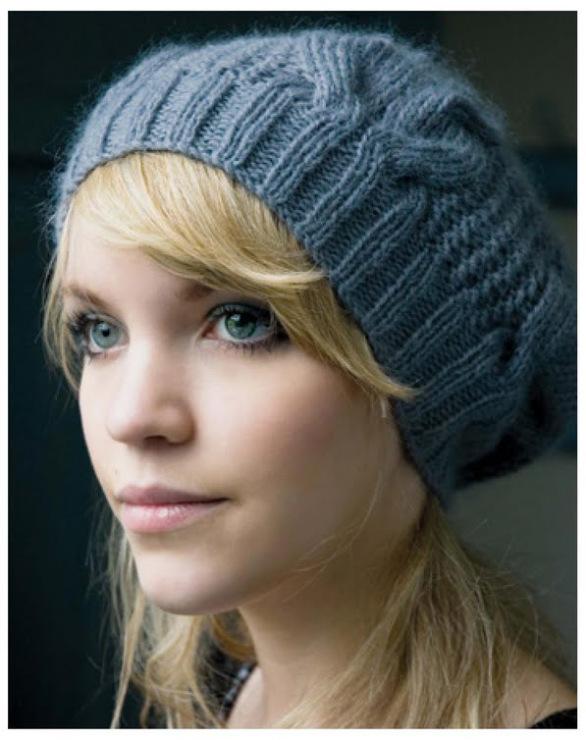 как связать модную женскую шапку спицами видео