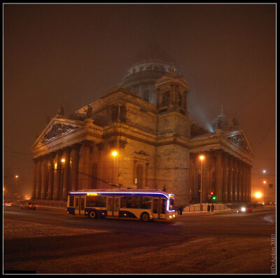 Исаакий в тумане. Неоновый тролейбус.