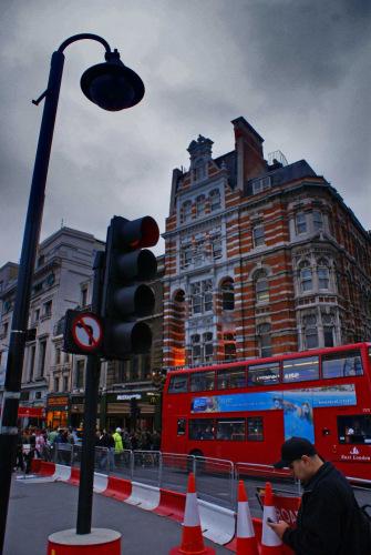 И здесь, как и во всем Лондоне, царят красные автобусы.