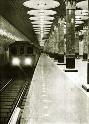 Эта цветная фотография также 1940 года.  Здесь отлично виден старый рисунок на полу и знаменитые ромбики на полу у...